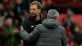 Manajer Liverpool Juergen Klopp bersalaman dengan manajer Manchester United Jose Mourinho usai pertandingan di Stadion Old Trafford. (REUTERS/Andrew Yates)