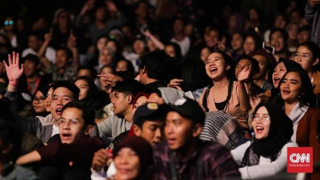 Pengunjung juga antusias saat Oh Wonder tampil di panggung utama. Mereka merangsek ke depan dan bernyanyi serta berjoget bersama duo asal Inggris itu.