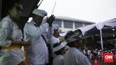 Bukan hanya melakukan sembahyang, Melasti juga berarti membersihkan dan penyucian benda sakral milik pura dengan cara diarak dan diusung mengelilingi kawasan tempat tinggal.(CNN Indonesia/ Hesti Rika)