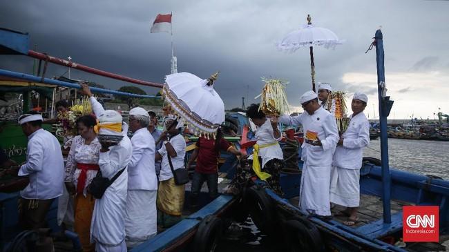 Menurut kepercayaan Hindu, upacara Melasti digelar untuk menghanyutkan kotoran alam menggunakan air kehidupan. Ini pula alasan menyelenggarakan Melasti di pinggir pantai.(CNN Indonesia/ Hesti Rika)