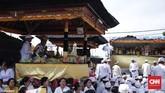 Umat Hindu se-Jabodetabek melaksanakan Upacara Melasti di Pura Segara Cilincing, Jakarta pada 11 Maret 2018. Melasti merupakan upacara penyucian diri menjelang Hari Raya Nyepi Tahun Baru Saka 1940 yang jatuh pada 17 Maret 2016. (CNN Indonesia/ Hesti Rika)
