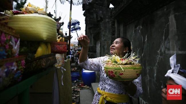 Warga menaruh sesajen di plataran Pura Segara Cilincing saat upacara Melasti di Cilincing, Jakarta, 11 Maret 2018. (CNN Indonesia/ Hesti Rika)