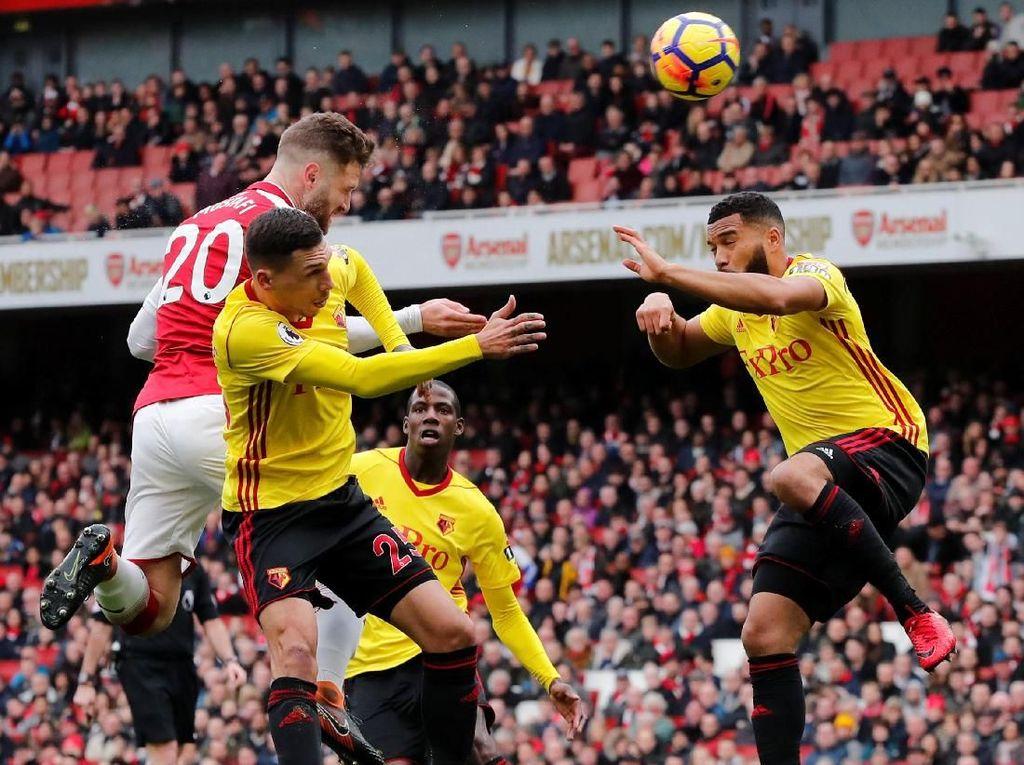 Shkodran Mustafi (Arsenal), bek tengah. Mustafi mencetak gol pertama Arsenal ke gawang Watford. Di aspek defensif, membuat empat tekel dan tujuh sapuan. (Foto: Eddie Keogh/REUTERS)