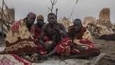Ikatan antara suku Dinka dan ternaknya memang sangat kuat. Mereka bahkan sampai membawa senapan demi menjaga kawanan ternaknya. (AFP Photo/Stefanie Glinski)