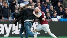 FOTO: Suporter Serbu Lapangan di West Ham vs Burnley