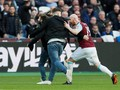 FOTO: Suporter Serbu Lapangan di West Ham vs Burnley