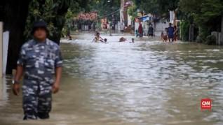 VIDEO: Banjir Cirebon, Warga Mengungsi ke Jalanan