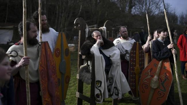 Menurut pengakuan yang ia tulis, Patrick menyebut telah membabtis ribuan orang Irlandia. Ia menyebarkan konsep trinitas dengan cara sederhana, melalui daun shamrock, sejenis daun semanggi yang berdaun tiga yang tumbuh subur di Irlandia. (REUTERS/Clodagh Kilcoyne)