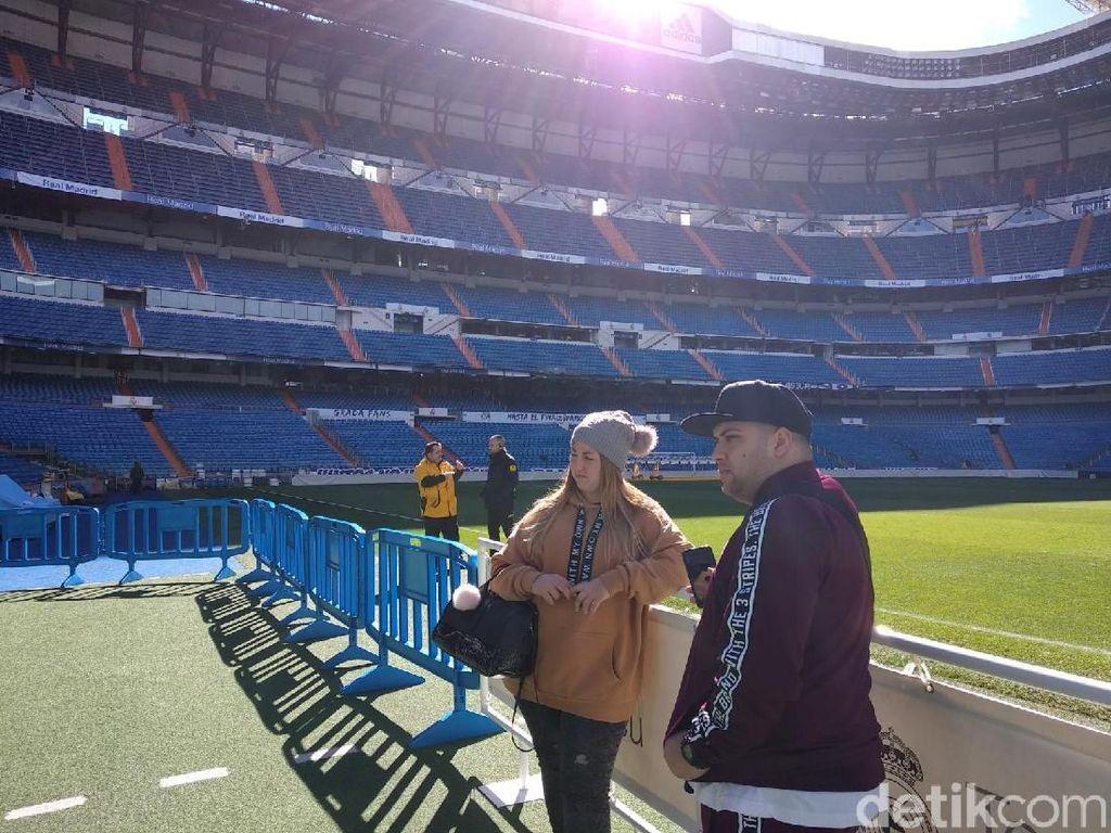 Pengunjung berfoto di stadion Santiao Bernabeu. (Femi Diah/detikSport)