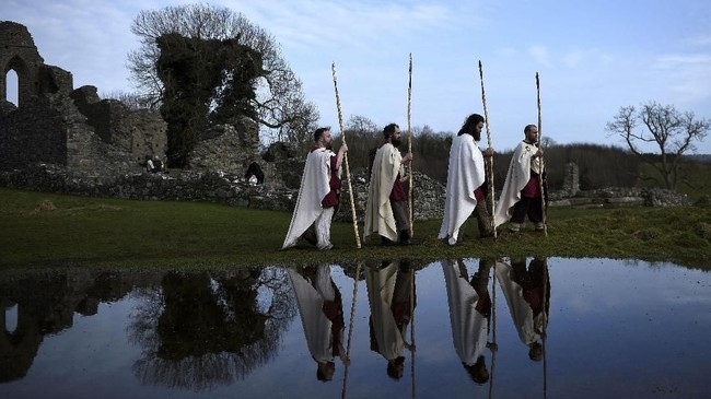 Kala itu, pada 432 Masehi, ia datang kembali ke Irlandia dengan niat mengotbahkan ilmu agamanya ke penduduk Irlandia yang masih beragama pagan. (REUTERS/Clodagh Kilcoyne)