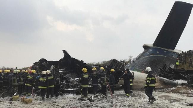 Petugas penyelamat mesti memotong bangkai pesawat nahas yang terbakar itu untuk menyelamatkan para korban. (REUTERS/Navesh Chitrakar)