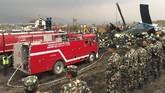 Sejumlah saksi mata mengatakan pesawat itu jatuh saat mencoba mendarat untuk kedua kalinya. Juru bicara Angkatan Bersenjata Nepal, mengatakan tujuh korban sempat selamat dari dampak langsung kecelakaan. Namun, mereka kemudian meninggal karena luka yang dideritanya. (REUTERS/Navesh Chitrakar)