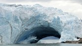 Setiap jamnya, ada saja tebing gletser yang longsor karena tak kuat menahan suhu panas di bumi. Byur! Longsoran tebing jatuh ke laut dan menyemburkan air tinggi, sebuah sensasi yang menegangkan.