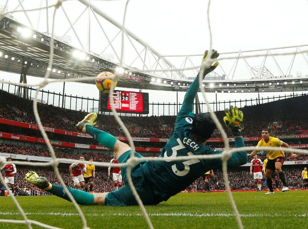 Petr Cech (Arsenal), kiper. Cech menggagalkan penalti pertamanya untuk Arsenal dari 16 kali percobaan dan jadi kiper pertama yang membuat 200 clean sheet di Premier League, dalam kemenangan 3-0 atas Watford. (Foto: Eddie Keogh/REUTERS)