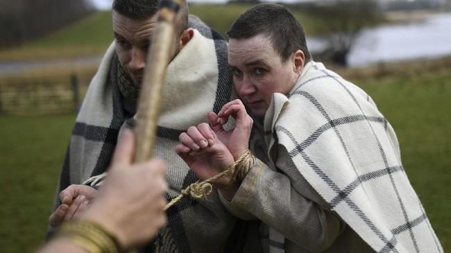 Konon lahir dengan nama Maewyn Succat di kawasan Inggris, ia kemudian diculik bajak laut Irlandia pada usia 16 dan dibawa ke kawasan itu sebagai budak. (REUTERS/Clodagh Kilcoyne)