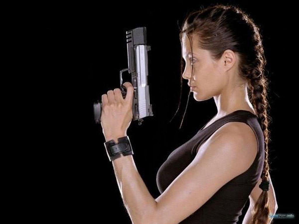 Foto: Ini Bedanya Gaya Angelina Jolie dan Alicia Vikander di Tomb Raider