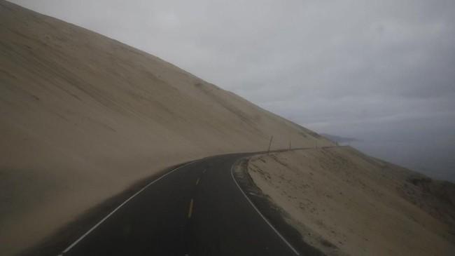 Foto ini menunjukkan suasana jalan di tepi bukit di Atico, Peru, yang diselimuti kabut. (REUTERS/Carlos Garcia Rawlins)