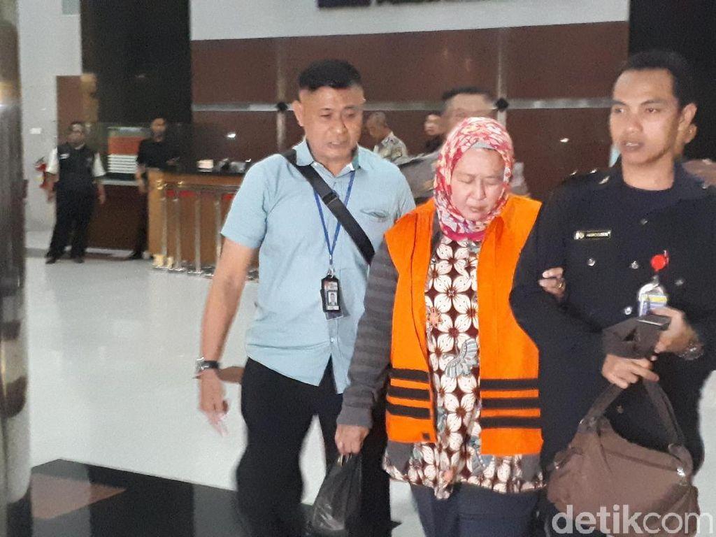 Panitera pengganti di PN Tangerang, Tuti Atika, juga ditahan penyidik KPK. Dia juga diduga menerima suap terkait gugatan perdata wanprestasi.