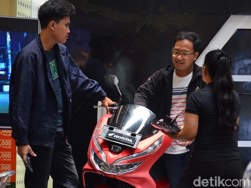 Sangat ditunggu dan luar biasa, itulah kiranya melihat minat jumlah pemesanan All New Honda PCX di wilayah Jakarta Tangerang. Model mewah dan elegan dan fitur canggih ditambah harga kompetitif jadi pertimbangan utama konsumen, papar Head of Marketing Wahana, Ario. Foto: Wahana Makmur Sejati