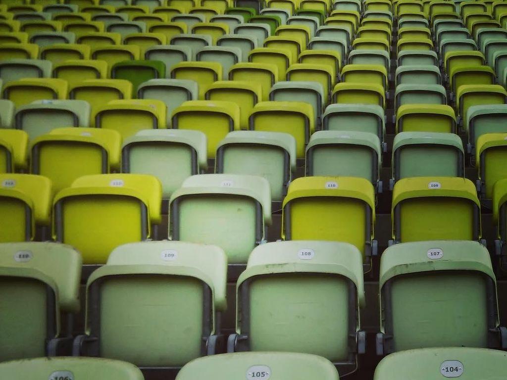 Kursi-kursi di stadion didominasi warna hijau yang merupakan warna kebesaran Lechia Gdansk. Foto: Instagram @stadionenerga
