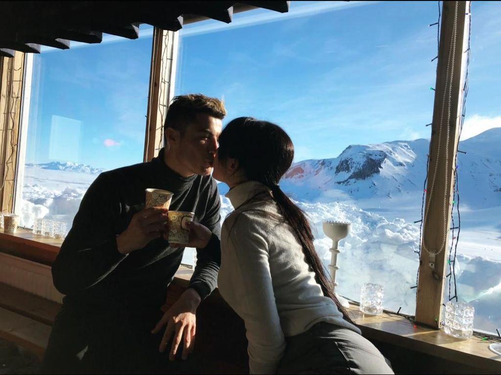 Dalam liburannya, Ronaldo dan Georgina mengunggah momen-momen romantisnya. Seperti ini contohnya. Bisa dibilang, keduanya adalah pasangan yang paling romantis. (Foto: Instagram @georginagio)
