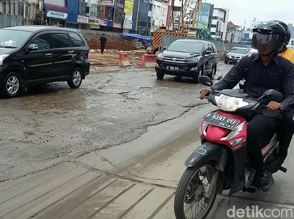 Beberapa kendaraan baik mobil dan motor beberapa kali terkena jebakan jalan berlubang karena lubang tersebut tampak tergenang air berlumpur.