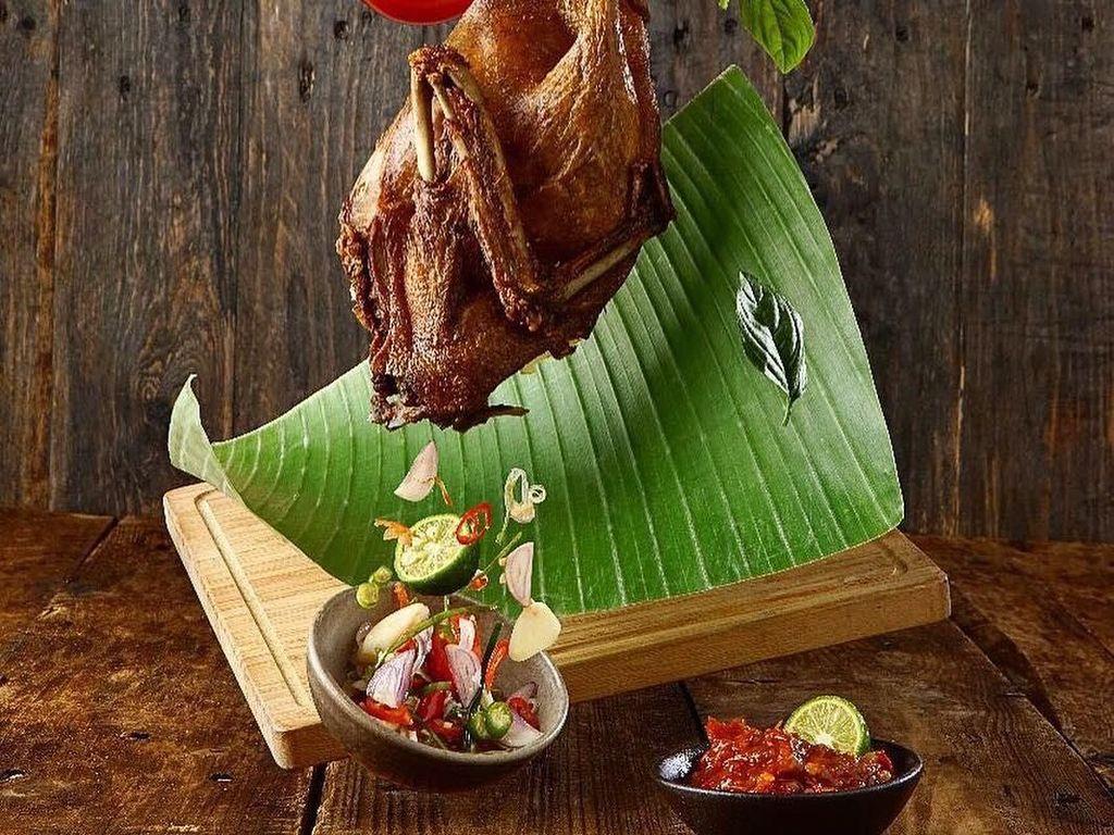 Nah kalau foto bebek goreng Bali yang ini punya gaya yang keren. Bebek dan sambal matahnya dibuat melayang. Postingan ini diunggah @jktfoodbang. Foto: Instagram