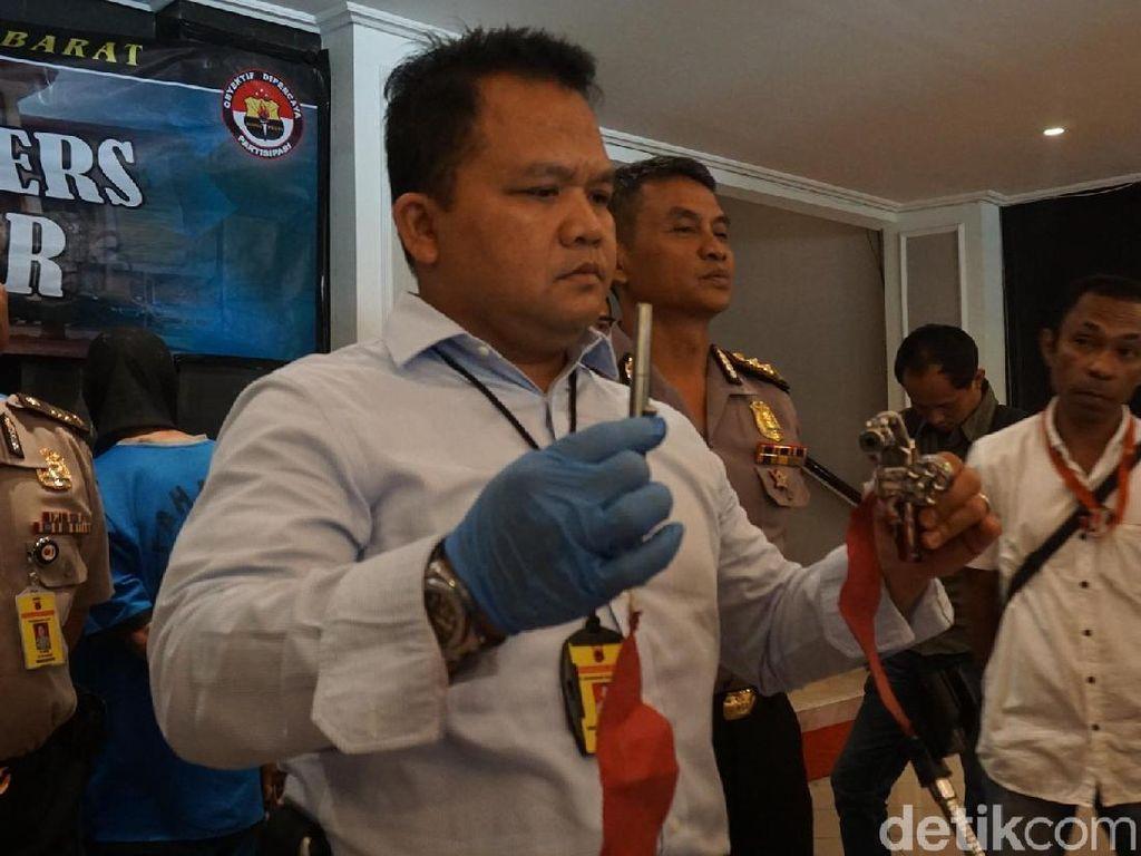 Pen gun ini dibuat dan dipasarkan secara ilegal oleh komplotan perakit senjata api asal Cipacing, Kabupaten Sumedang, Jawa Barat.