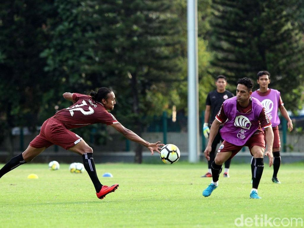 Pada laga sebelumnya yang digelar di markas Song Lam Nghe An, Persija harus puas dengan hasil imbang 0-0 meski tim lawan menyudahi permainan dengan sepuluh pemain.