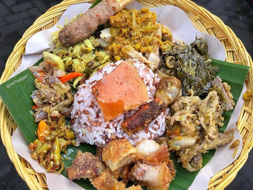 Selain dengan nasi putih, bagi yang diet bisa pilih nasi merah. Lauknya tetap sama komplitnya, seperti postingan foto @e47natjan ini. Foto: Instagram