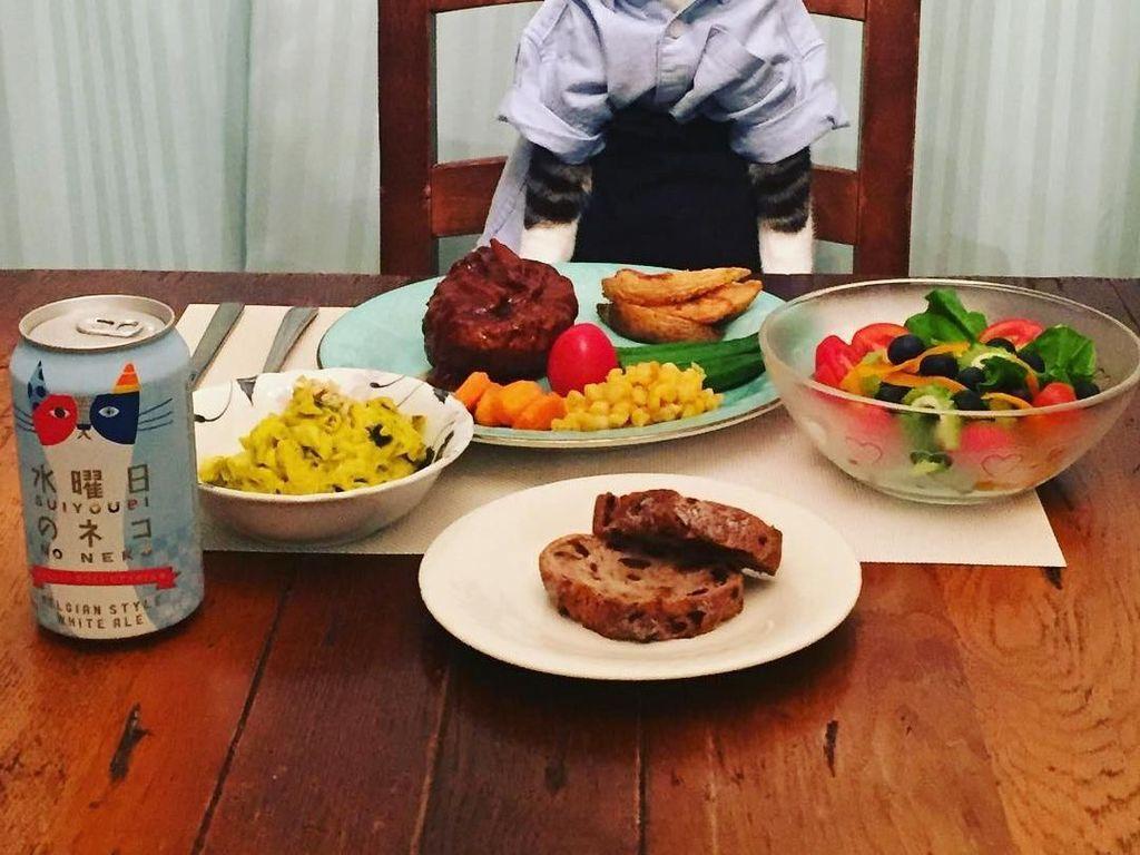 Menggunakan kemeja biru muda dan celana hitam, Maro terlihat tertawa senang di depan steak dan salad miliknya. Foto: Instagram @rinne172