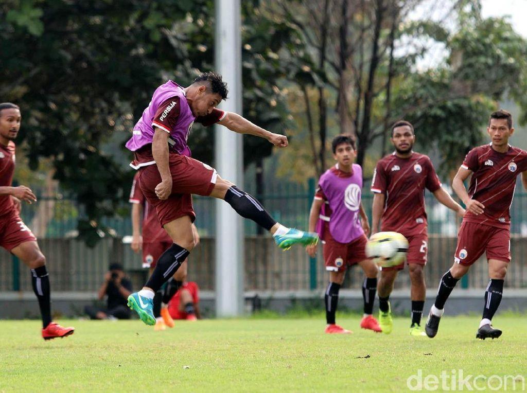 Empat pemain yang dimaksud dalah striker asal Nigeria Michael Olaha, kapten Que Ngoc Hai, Phan Van Duc, dan Ho Khac Ngoc. Semuanya tak dibawa untuk menjaga kondisi jelang pekan pertama Liga Vietnam akhir pekan ini.