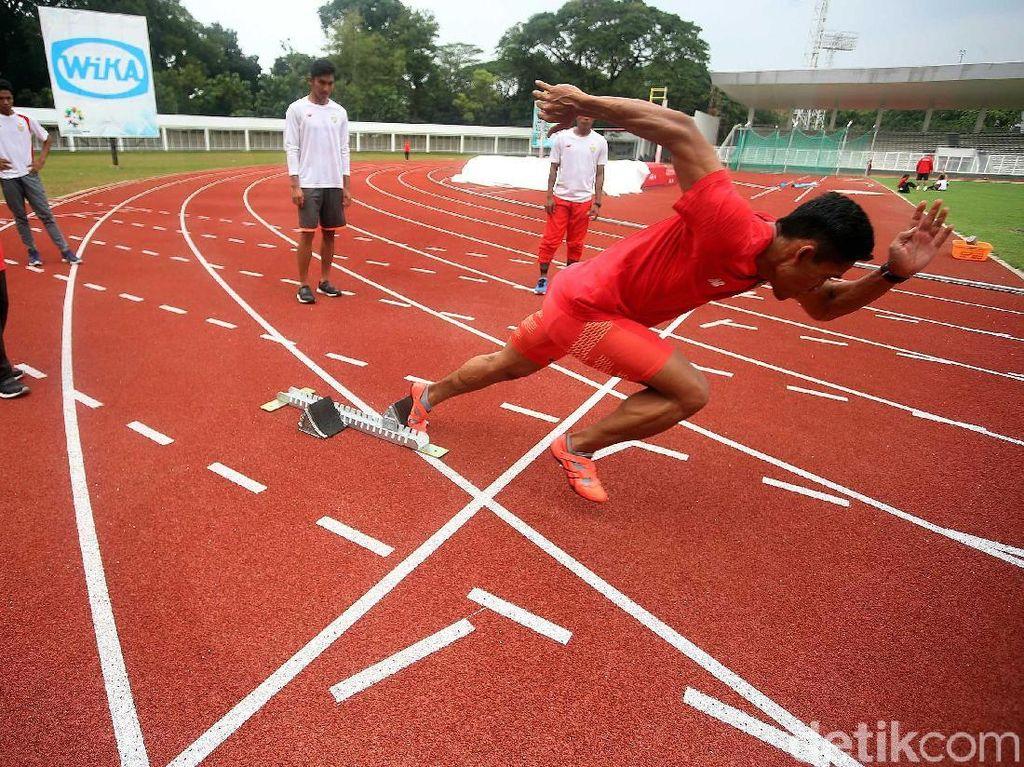 Seorang pelari melakukan sprint.