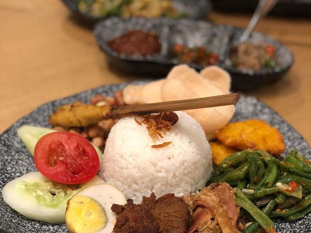 Nasi campur Bali yang ini ada di restoran kawasan Menteng Jakarta Pusat. Foto postingan @vv_luv_eat menampilkan ayam betutu dan sate lilit yang menggoda. Foto: Instagram
