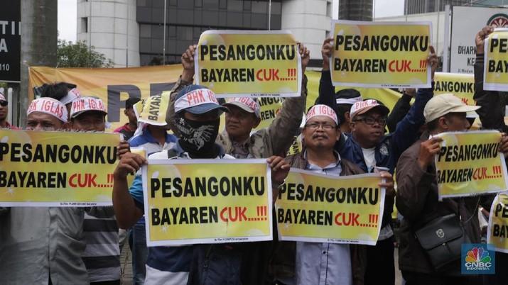 Translate message Turn off for: Indonesian Aksi eks karyawan PT Iglas di depan gedung BUMN,  Jakarta, Selasa (13/3). Aksi tersebut menuntut pesangon yang belum dibayar selama 2,5 tahun sejak mereka di phk pada 2015. Sebanyak 419 mengaku belum dibayar. Para eks Karyawan tersebut berasal dari gresik ini mengangkat poster tulisan yang berisikan Pesangon belum dibayar oleh perusahaan penghasil botol kaca itu di depan gedung BUMN selaku pemegang saham PT IGLAS Persero.  (CNBC Indonesia/Muhammad Sabki)