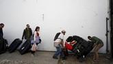 Koper-koper ini milik warga yang pergi menggunakan bus di San Antonio del Tachira, perbatasan Venezuela. Dari sini, mereka mesti berjalan kaki ke sisi Kolombia. (REUTERS/Carlos Garcia Rawlins)