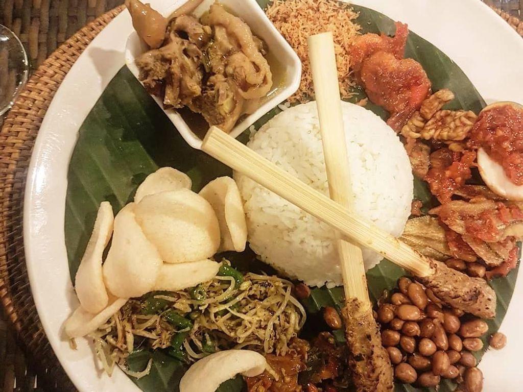 Ciri khas nasi campur Bali adalah lauknya yang sangat banyak. Foto postingan @reynoharyono ini sudah bikin lapar belom? Foto: Instagram