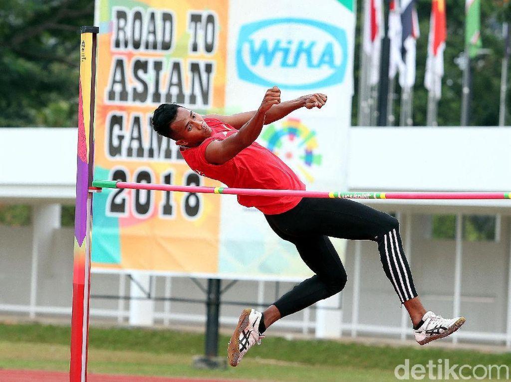 Atlet lompat tinggi asah kemampuan.