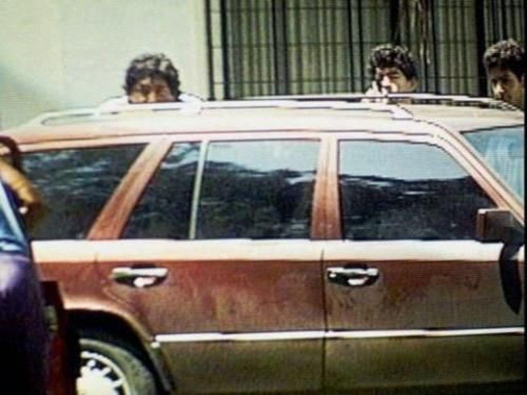 Maradona pernah terlibat insiden penembakan terhadap reporter di kediamannya pada tahun 1994. Legenda timnas Argentina itu menembaki reporter bersama dua rekannya, yang kemudian dihukum dua tahun 10 bulan penjara. (Foto: Screenshots Youtube)