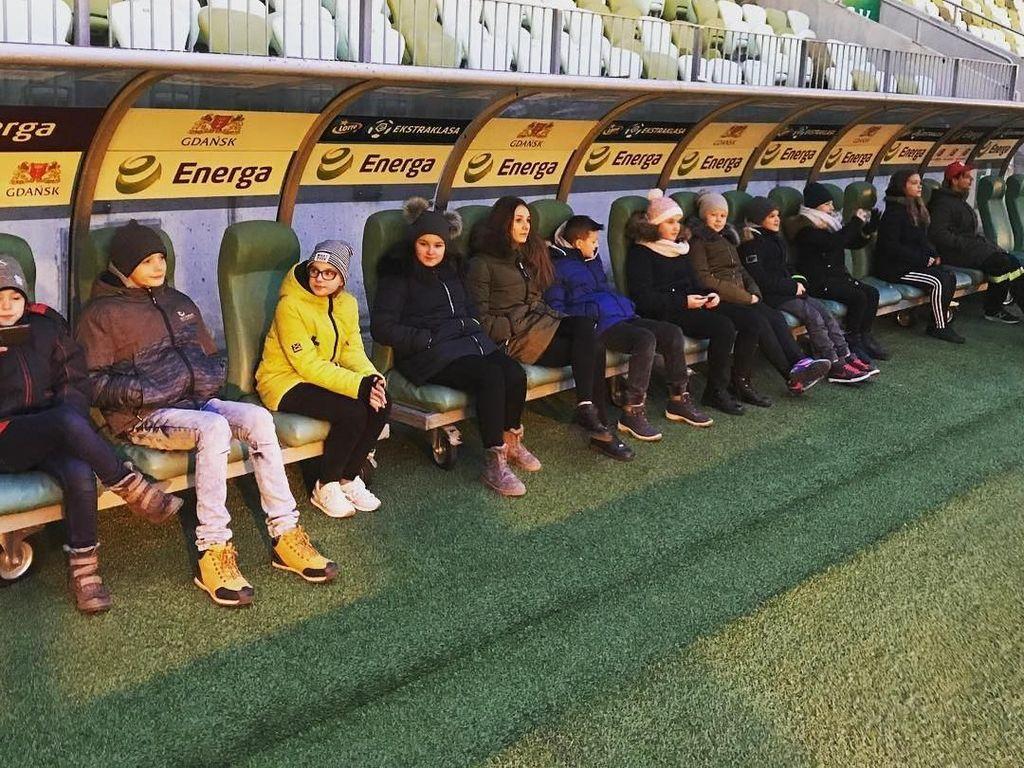 Pengunjung juga bisa merasakan duduk di bangku pemain layaknya pelatih. Foto: Instagram @stadionenerga
