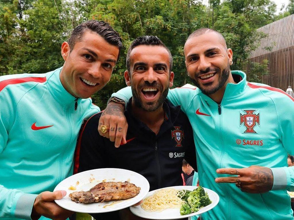 Bersama dengan kedua sahabatnya, pemain bola terkenal ini juga terlihat sedang membawa sepotong daging steak yang tampak juicy dan gurih. Foto: Instagram Cristiano