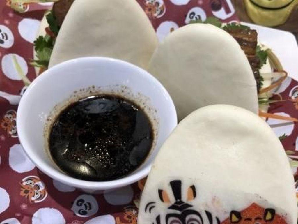Salah satu menu dumpling di sini adalah Signature Kong Bak Pau. Berupa bakpao pork belly dengan karakter Madagascar yang bikin gemas. Foto: Asia One