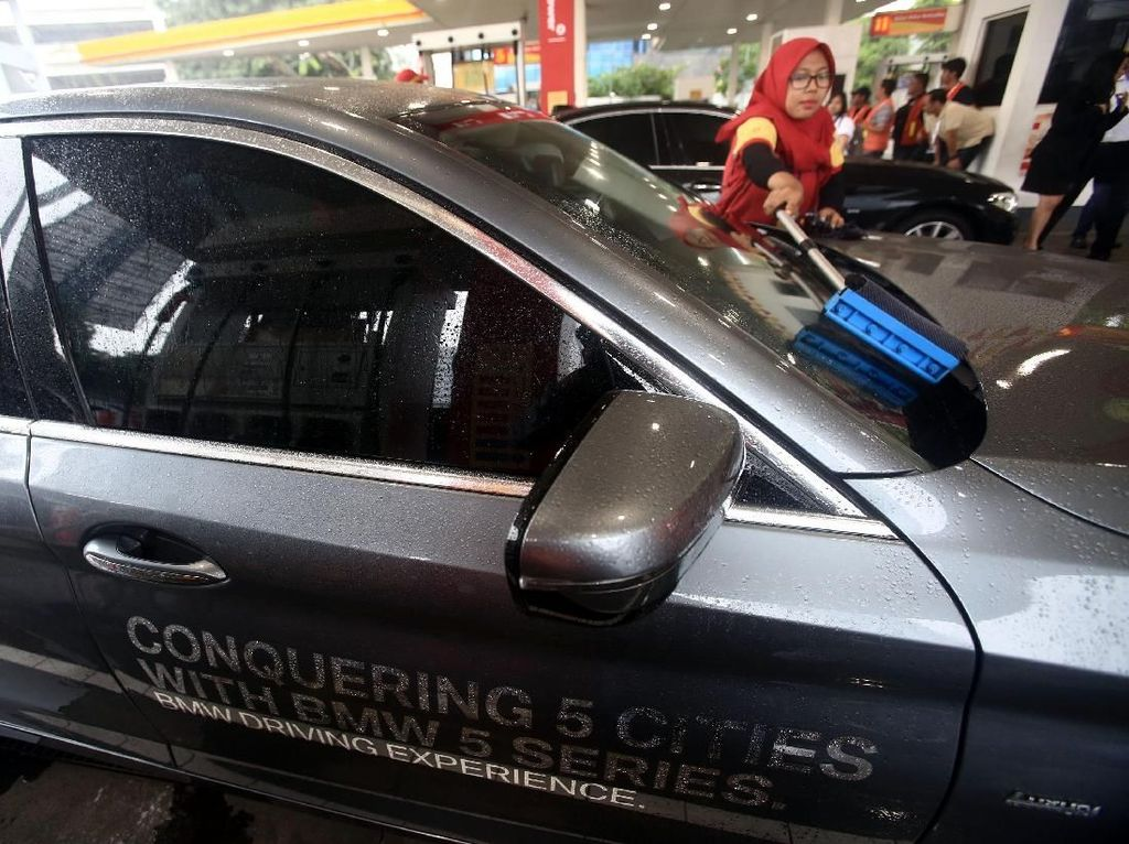 Petugas SPBU Shell mengisi bahan bakar minyak (BBM) jenis Shell V-Power ke mobil BMW 520i Luxury saat acara flag-off dari BMW Driving Experience di SPBU Shell, Jalan Gatot Subroto, Menteng Dalam, Jakarta, Senin (12/3). Istimewa.