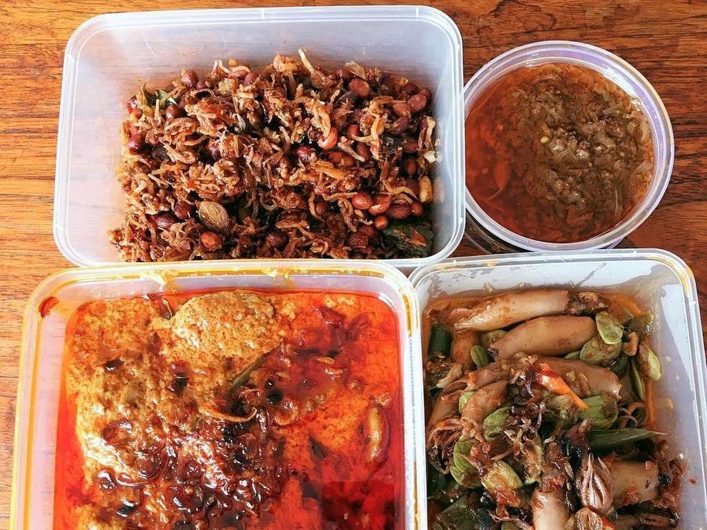 Menu makan siang yang menggugah selera ini milik presenter kocak, Okky Lukman. Ada gulai jengkol, oseng cumi pete, teri kacang, dan sambal kecombrang. Wah, makan besar, nih! Foto: Instagram @oq_lukman