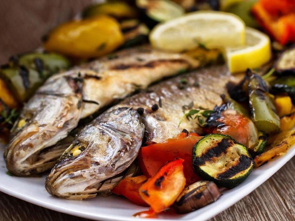 Ketika sedang makan sendiri, Ratu Elizabeth memilih ikan bakar dengan sayuran sebagai menu makan siangnya. Ikan bakar Dover dengan bayam dan irisan zucchini jadi menu favoritnya. Foto: iStock