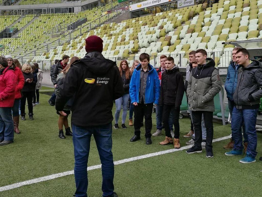 Pengunjung bisa berkeliling stadion hingga ke pinggir lapangan. Foto: Instagram @stadionenerga
