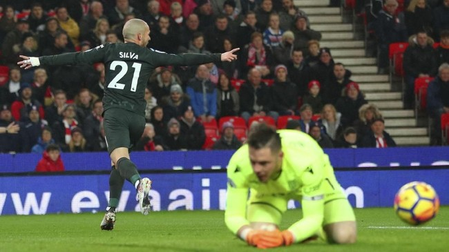 Laga baru berlangsung 10 menit, David Silva langsung membobol gawang Stoke City yang dijaga Jack Butland. David Silva sukses menyambut umpan datar Raheem Sterling dengan tendangan keras dan akurat. (REUTERS/Hannah McKay)