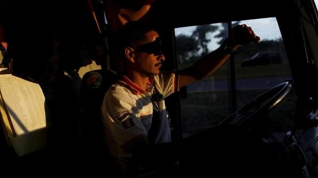 Perjalanan yang mereka tempuh cukup panjang dan melelahkan, baik untuk si pengemudi maupun penumpang. (REUTERS/Carlos Garcia Rawlins)