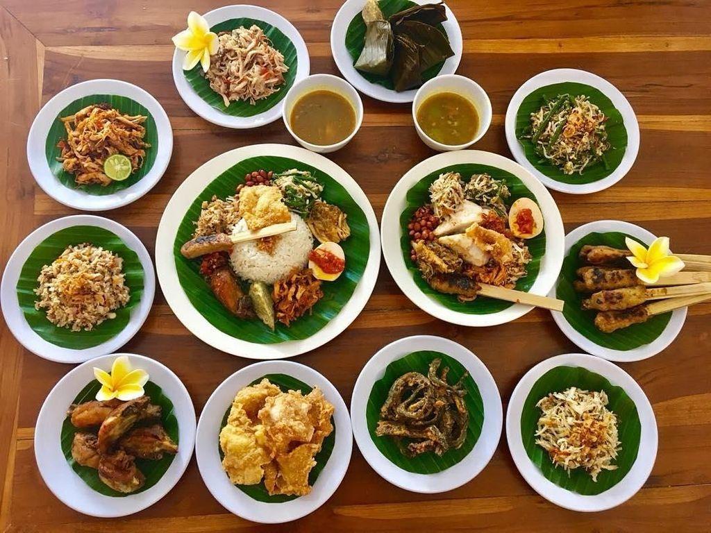 Paket lengkap nih! Nasi campur Bali disajikan bersama pelengkapnya mulai dari ayam sere lemo, ayam goreng suna cekuh, sayur urab, ayam sisit sambal matah dan lainnya. Yummy! Foto: Instagram