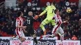 David Silva kembali menjebol gawang Stoke City pada awal babak kedua, tepatnya di menit ke-50 dengan kaki kirinya memanfaatkan umpan dari Fernandinho. (Reuters/Andrew Couldridge)